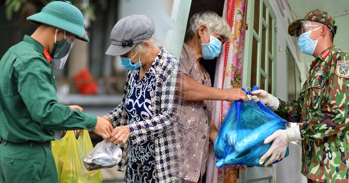 Bộ đội và công an trao gạo, cá tươi tận tay người dân TP.HCM