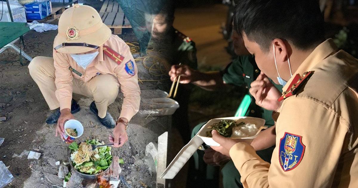 Bát mì trộn toàn rau ăn vội của các chiến sĩ nơi tuyến đầu chống dịch