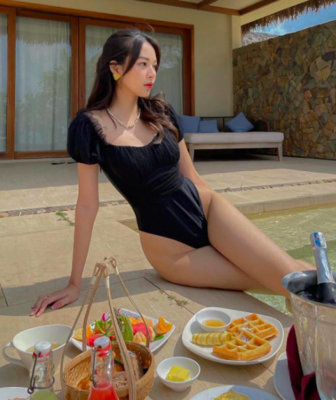 Phí Phương Anh khoe đường cong trong bikini, dân tình lập tức soi ra nhân vật đi cùng