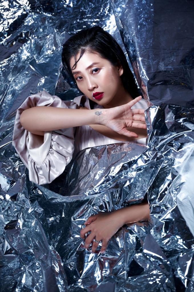 Liêu Hà Trinh đẹp ma mị trong bộ ảnh mới, vạch trần góc khuất của người nghệ sĩ