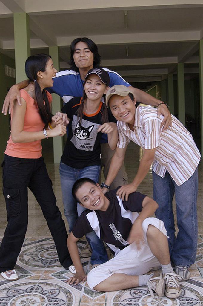 """Dàn diễn viên """"Ngũ quái Sài Gòn"""" sau 15 năm: người rút khỏi showbiz, người  sống trong bệnh tật - MOLI Star"""
