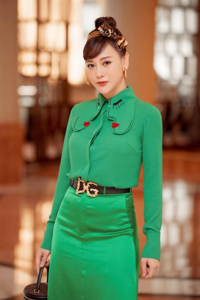 Phương Oanh ở tuổi 32: Phủ sóng truyền hình, xinh đẹp lại giàu có nhưng mãi lận đận tình duyên