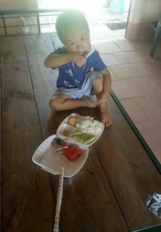 Chàng trai 3 tuổi dũng cảm tự cách ly một mình ở Bắc Giang đã được về nhà