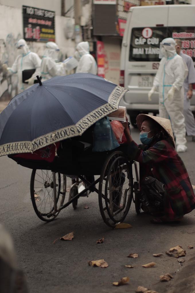 Xót xa người đàn ông vô gia cư qua đời trên chiếc xe lăn, trên tay còn cầm bịch đồ cứu trợ