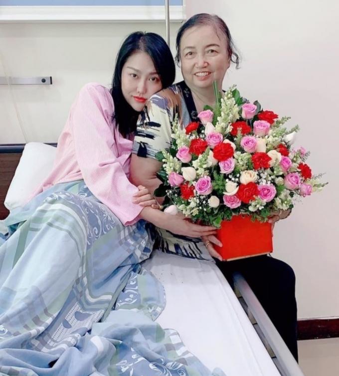 Nỗi buồn của sao Việt với bông hồng trắng trên áo trong mùa Vu Lan: Hãy nói yêu mẹ khi còn có thể!