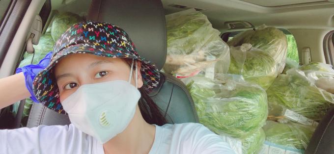 Nam Thư lái xe mang thực phẩm hỗ trợ bà con, kịp thời giúp đỡ chiến sĩ công an gặp nạn trên đường