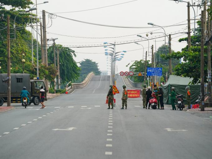 Quân đội hỗ trợ TP.HCM trong đợt siêu giãn cách: Đủ loại giấy đi đường, nhiều người buộc trở về nhà