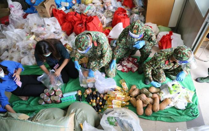 Bộ đội ngồi vỉa hè, ăn cơm hộp... tất tả đi chợ cho bà con mình có thực phẩm