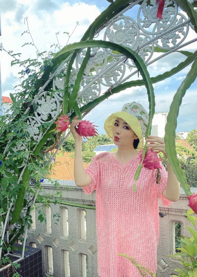 Hoa hậu Giáng My tươi trẻ, thích thú khoe khu vườn ngập tràn hoa trái tự tay vun trồng