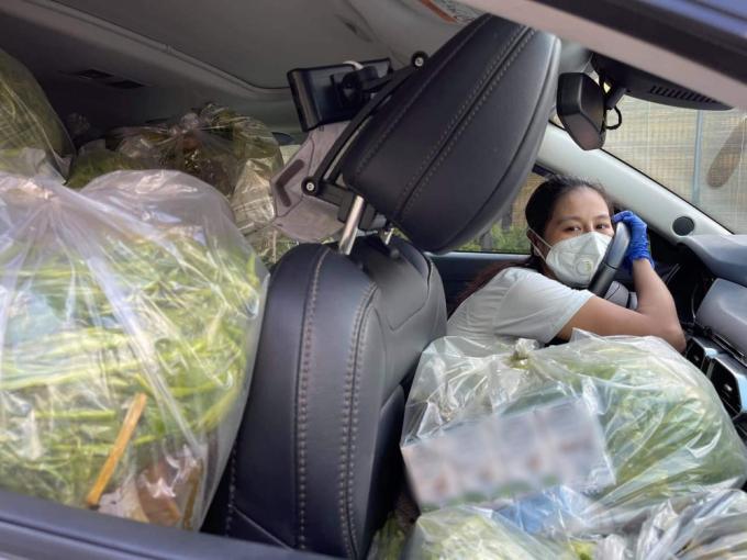 Nam Thư lăn xả đi tình nguyện, hết làm shipper đến ngồi bệt nhặt rau gửi bà con khó khăn
