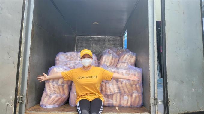 Người dân đến tận nhà xin oxy cho cha bệnh nặng, NS Việt Hương ứng cứu nhanh chóng còn cho thêm lương thực