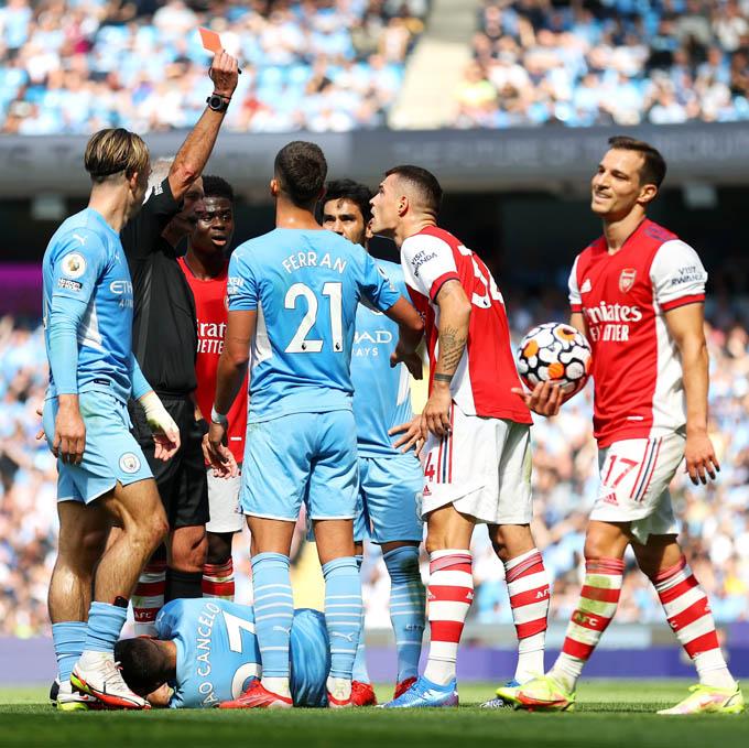 Arsenal thảm bại trên sân Man City,