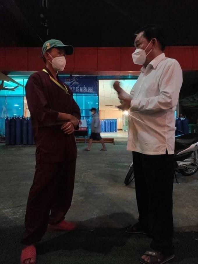 Ông chủ Đại Nam giản dị đi xe máy, kiểm tra oxy trước khi cho đội thiện nguyện cứu người