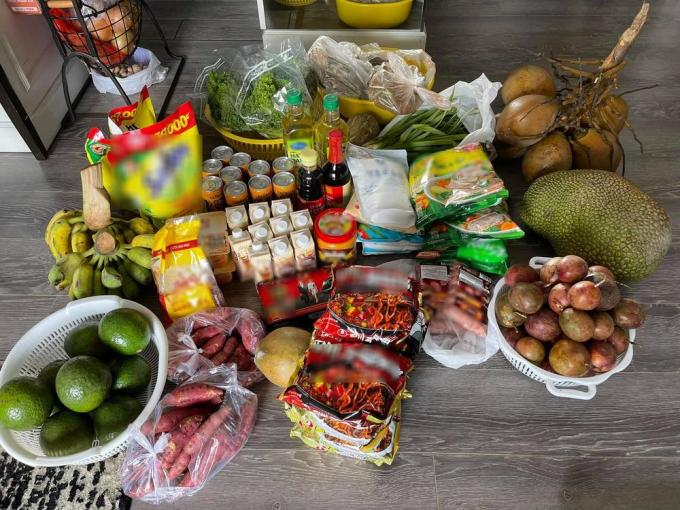 Thúy Diễm hạnh phúc khoe thực phẩm được Lê Bê La cứu trợ