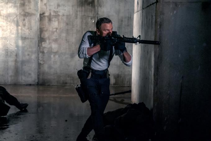 """""""James Bond"""" Daniel Craig thực hiện pha hành động không tưởng trong trailer mới nhất của phim 007"""