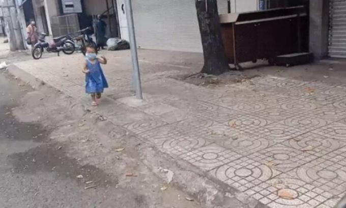 Clip bé gái 2 tuổi hồn nhiên chạy lon ton nhận cơm từ thiện thay mẹ khiến nhiều người cay mắt