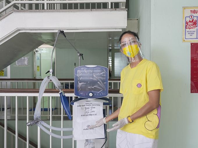 Hoa hậu HHen Niê giản dị đến bệnh viện Chợ Rẫy trao máy thở, vật tư y tế cứu trợ bệnh nhân Covid-19