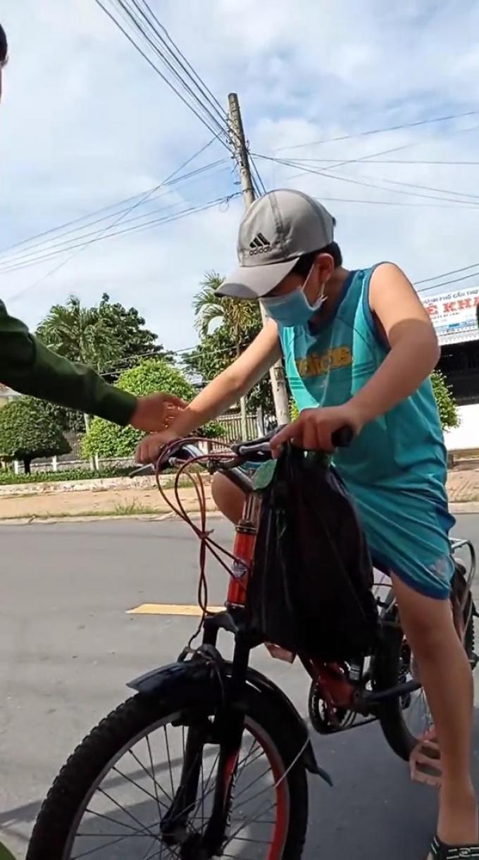 Cậu bé đạp xe xin qua chốt để đưa đồ cho ngoại, khi bị hỏi chỉ nghẹn ngào: Mẹ con mất rồi