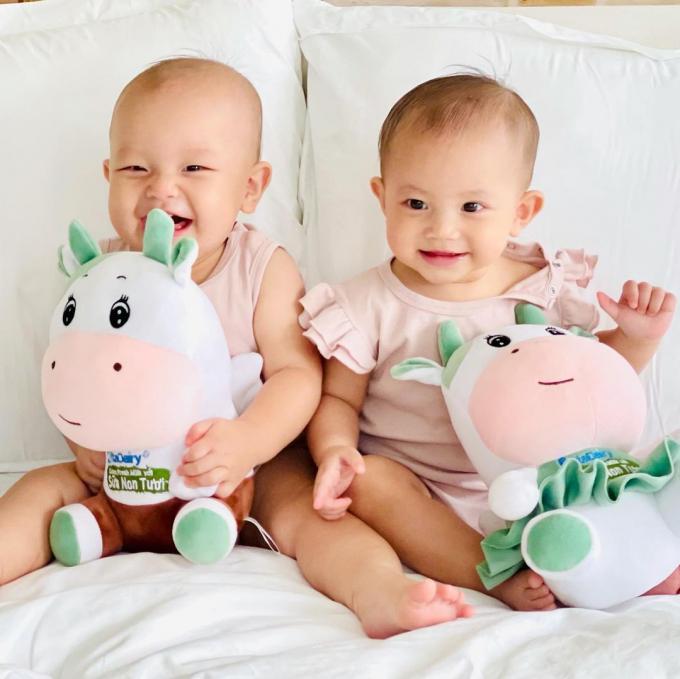 Cặp sinh đôi nhà Hà Hồ đốn tim fans với bộ ảnh 10 tháng tuổi: Lisa hiếu động, Leon bẽn lẽn, đáng yêu