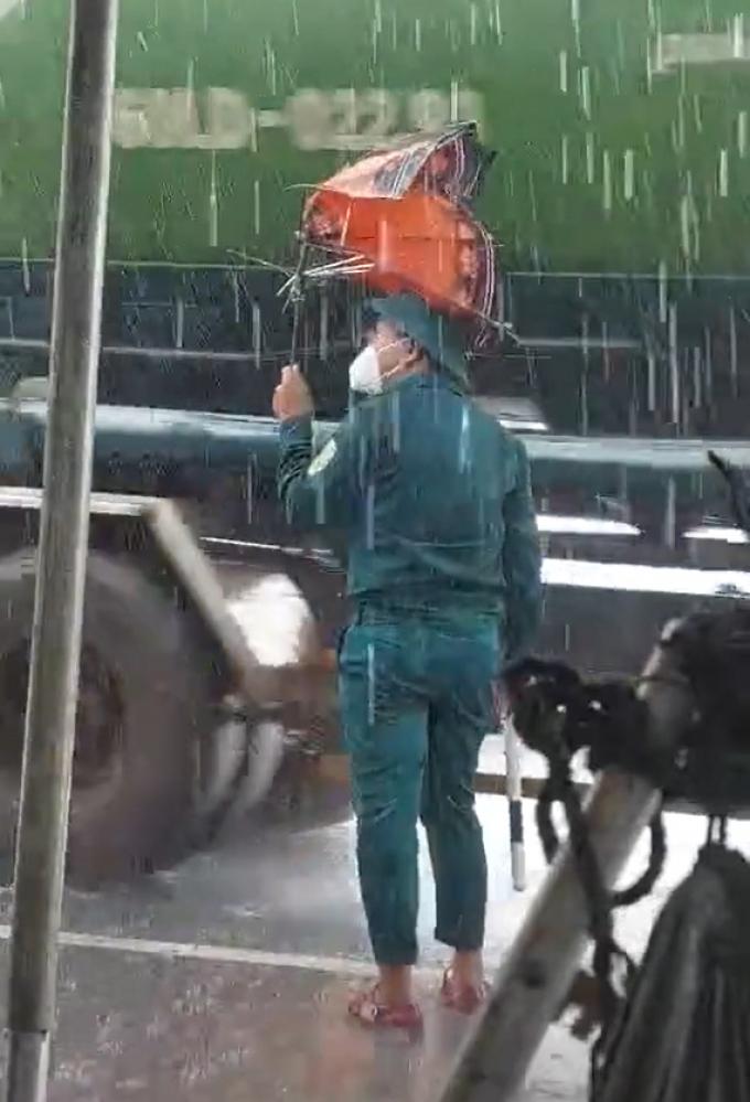 Dân quân đội mưa canh chốt: Còn có cái ô cũng toang