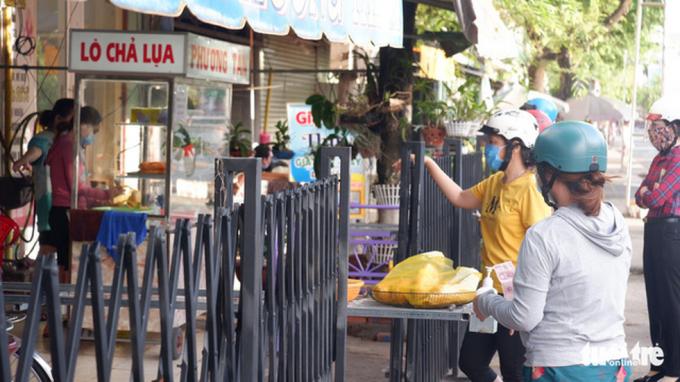 Sau hơn 50 ngày giãn cách theo Chỉ thị 16, người dân đổ xô đi mua hủ tíu, bánh mì ăn sáng
