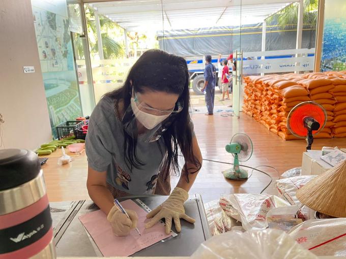 Trịnh Kim Chi quyết làm từ thiện sau ồn ào giới nghệ sĩ: Không giúp người gặp khó khăn, tôi khó chịu lắm