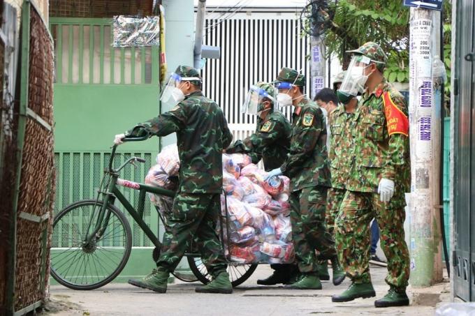 Binh đoàn xe lửa của các chú bộ đội cứu trợ người nghèo: Có một sự dễ thương không hề nhẹ