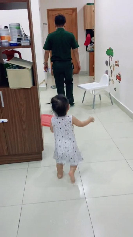 Bố đi chống dịch ba tháng về ba ngày, con gái quấn quít: Bố ơi đừng đi!