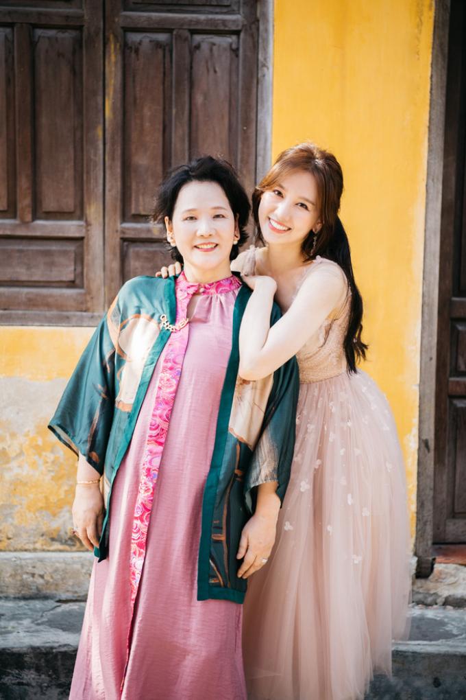 Gia đình ở nhà thuê bên Hàn, Hari Won nói gì khi fans chê: Giàu mà không mua biệt thự cho bố mẹ