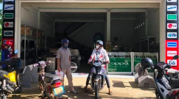 Thương 2 cha con vét sạch túi được 1 triệu, vượt 20km đường núi để mua điện thoại học online
