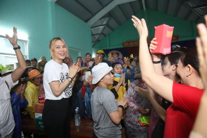 Việt Hương, Mỹ Tâm, Bảo Thy giản dị khi đi từ thiện: Không quyên góp tiền, có bao nhiêu làm bấy nhiêu