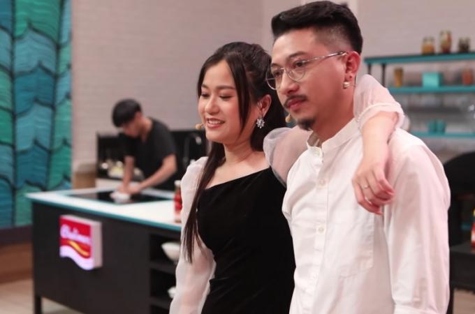 Ăn ý, ngọt ngào trước ống kính, Hứa Minh Đạt đối xử với bà xã Lâm Vỹ Dạ thế nào khi xả vai?