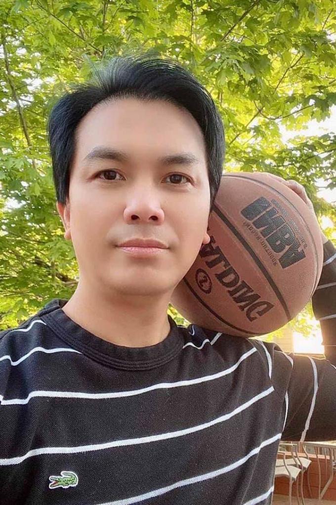 Ca sĩ Mạnh Quỳnh phong độ ở tuổi 49, có hợp đồng hôn nhân với bà xã hay ghen để giữ hạnh phúc