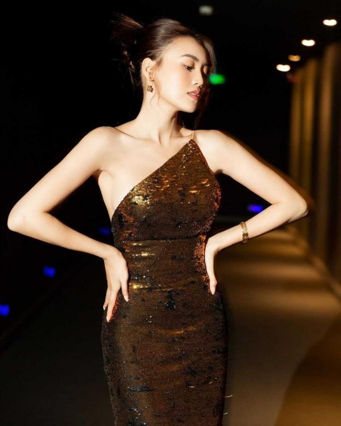 Lan Ngọc lăng xê style váy cổ yếm, khoe trọn nhan sắc mỹ mièu, xương quai xanh quyến rũ