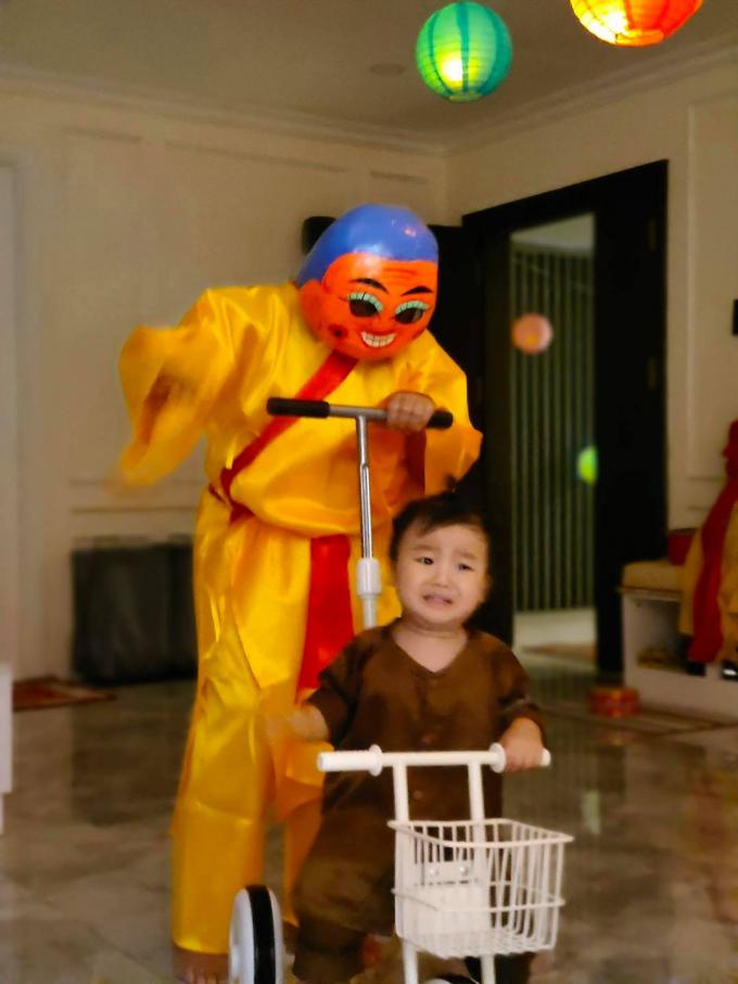 Con trai Hòa Minzy làm chú Cuội cưng xỉu, 1 nhân vật bất ngờ xuất hiện khiến bé Bo khóc thét