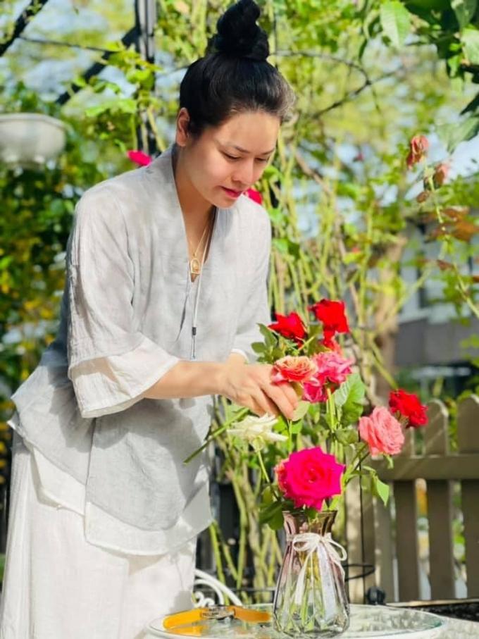 Nhật Kim Anh buồn tủi vì xa con trong mùa dịch, hết lòng chăm sóc mẹ, chăm tập luyện giữ nhan sắc