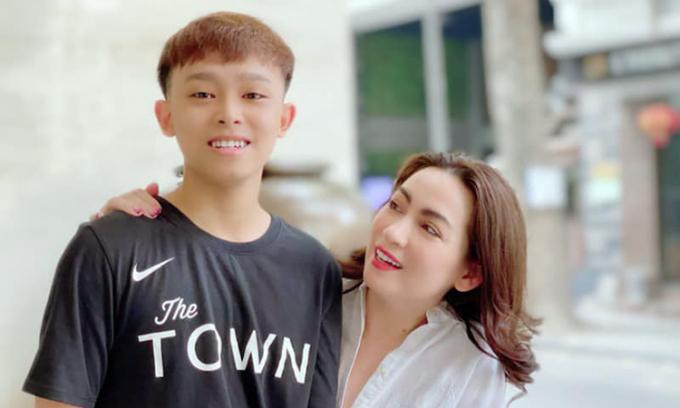 Phi Nhung nhập viện trị Covid-19 hơn 1 tháng, con nuôi Hồ Văn Cường im hơi lặng tiếng khiến fans lo lắng