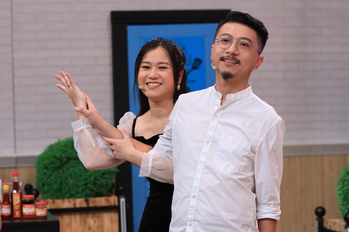 Bắt gặp Hứa Minh Đạt thả tim hình cô gái khác, phản ứng của Lâm Vỹ Dạ khiến đồng nghiệp ngạc nhiên