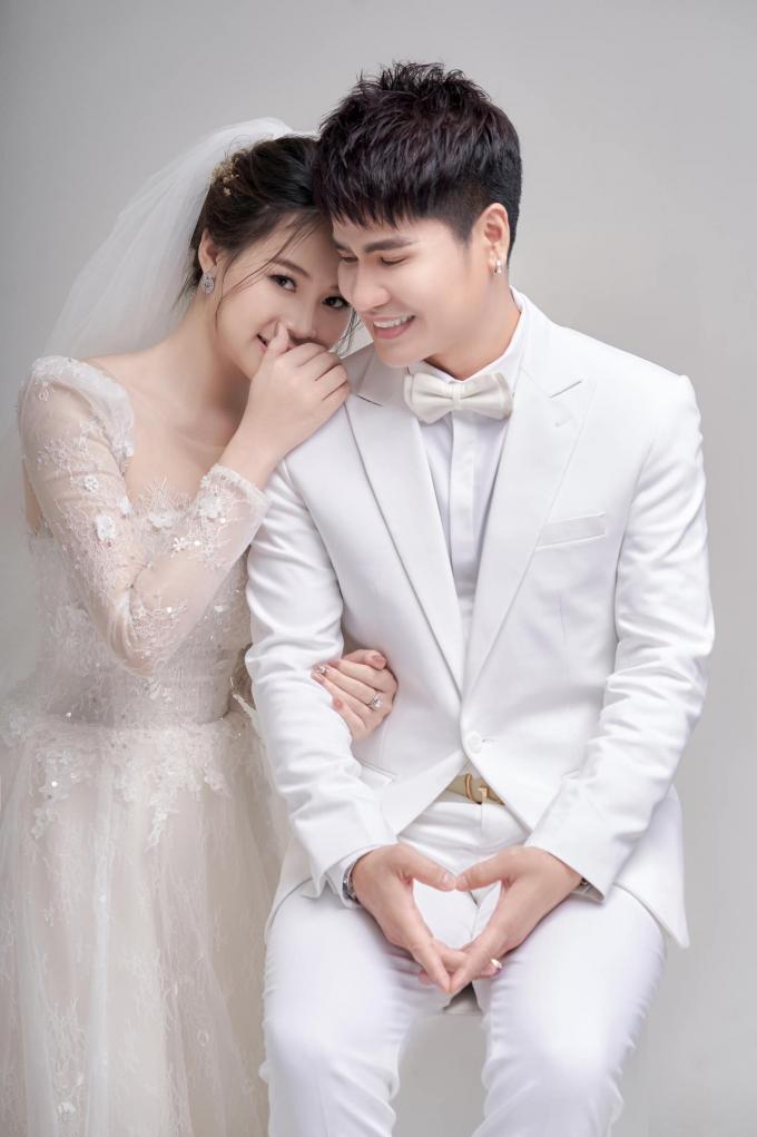Ca sĩ Lương Gia Huy khoe bộ ảnh cưới lung linh kỷ niệm 1 năm ngày cưới bà xã xinh đẹp