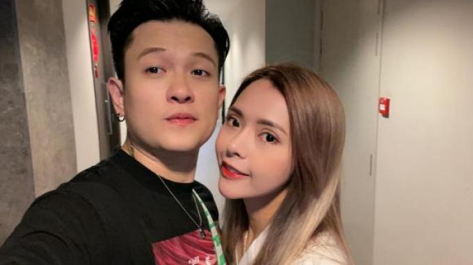 Cựu thành viên V.Music bất ngờ thông báo đã kết hôn được 2 năm, đang sống cùng vợ tại Singapore