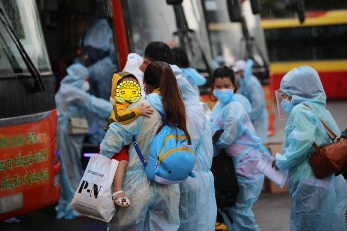 Hàng trăm bà bầu dầm mưa rời TP.HCM tránh dịch: Khổ mấy cũng chịu được miễn là có thể về nhà