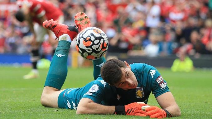 Thủ môn Aston Villa đòi Ronaldo sút phạt đền thay Fernandes