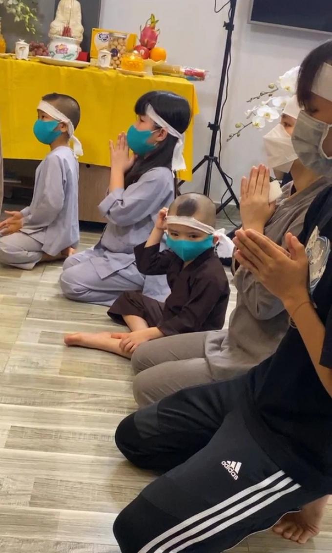 Hồ Văn Cường buồn bã đeo khăn tang, xuất hiện cùng mẹ ruột và các em nuôi cầu siêu cho Phi Nhung