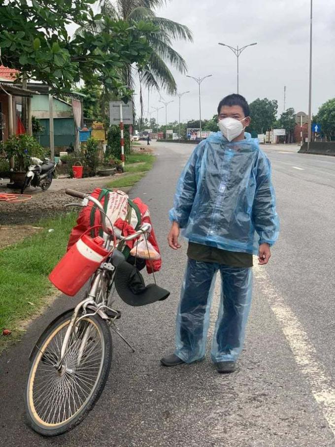 Góc ấm lòng: Thanh niên đạp xe từ TP.HCM về Hà Giang xúc động khi được CSGT tặng xe máy