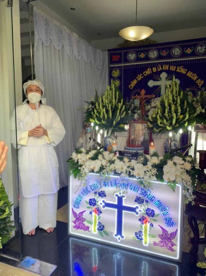 NSƯT Hoài Linh lần đầu lộ diện sau 4 tháng ở ẩn, tiều tụy thấy rõ trong tang lễ bố ruột