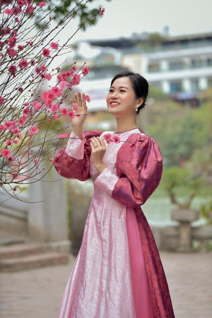 Lâm Vỹ Dạ xinh lung linh với trang phục hồng nữ tính, không bị dìm lại còn trẻ trung, nổi bần bật