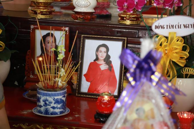 Con nuôi buồn đau trong lễ hỏa táng CS Phi Nhung, tro cốt cùng Việt Hương về bên gia đình tối 8/10