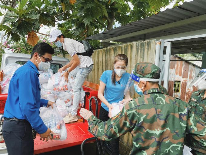 Hoa hậu Đỗ Thị Hà giản dị trong màu áo xanh, tận tay trao quà giúp đỡ bà con khó khăn mùa dịch