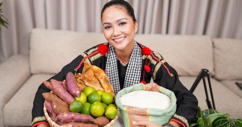 """H'Hen Niê mặc đồ dân tộc Ê Đê livestream bán nông sản giúp bà con mùa dịch, """"chốt"""" hơn 1500 đơn"""