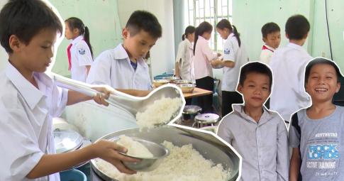Thương quá hình ảnh các em nhỏ tự nấu cơm trong khu bán trú